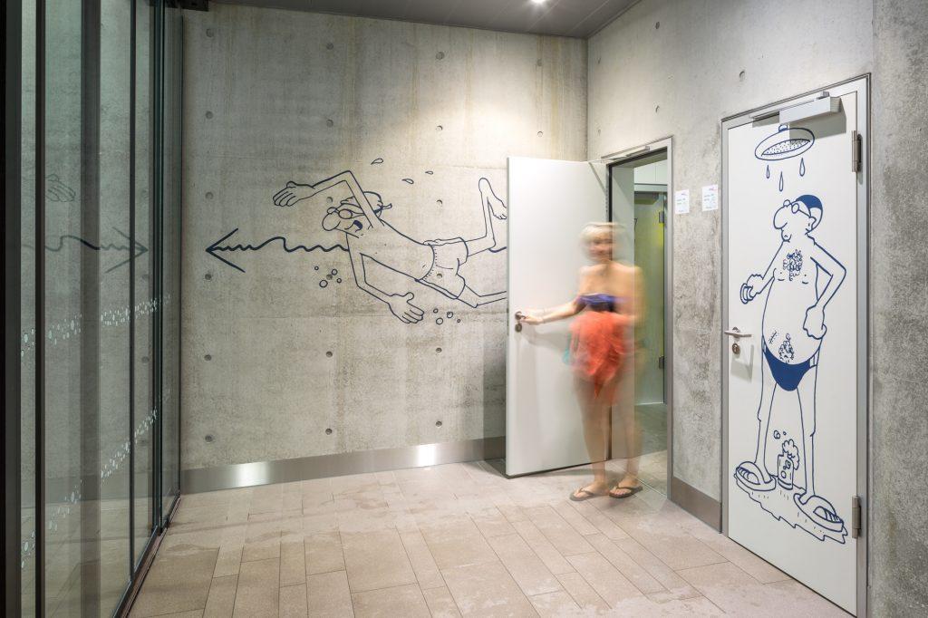 Zugang zu den Duschen im Schwimmbad