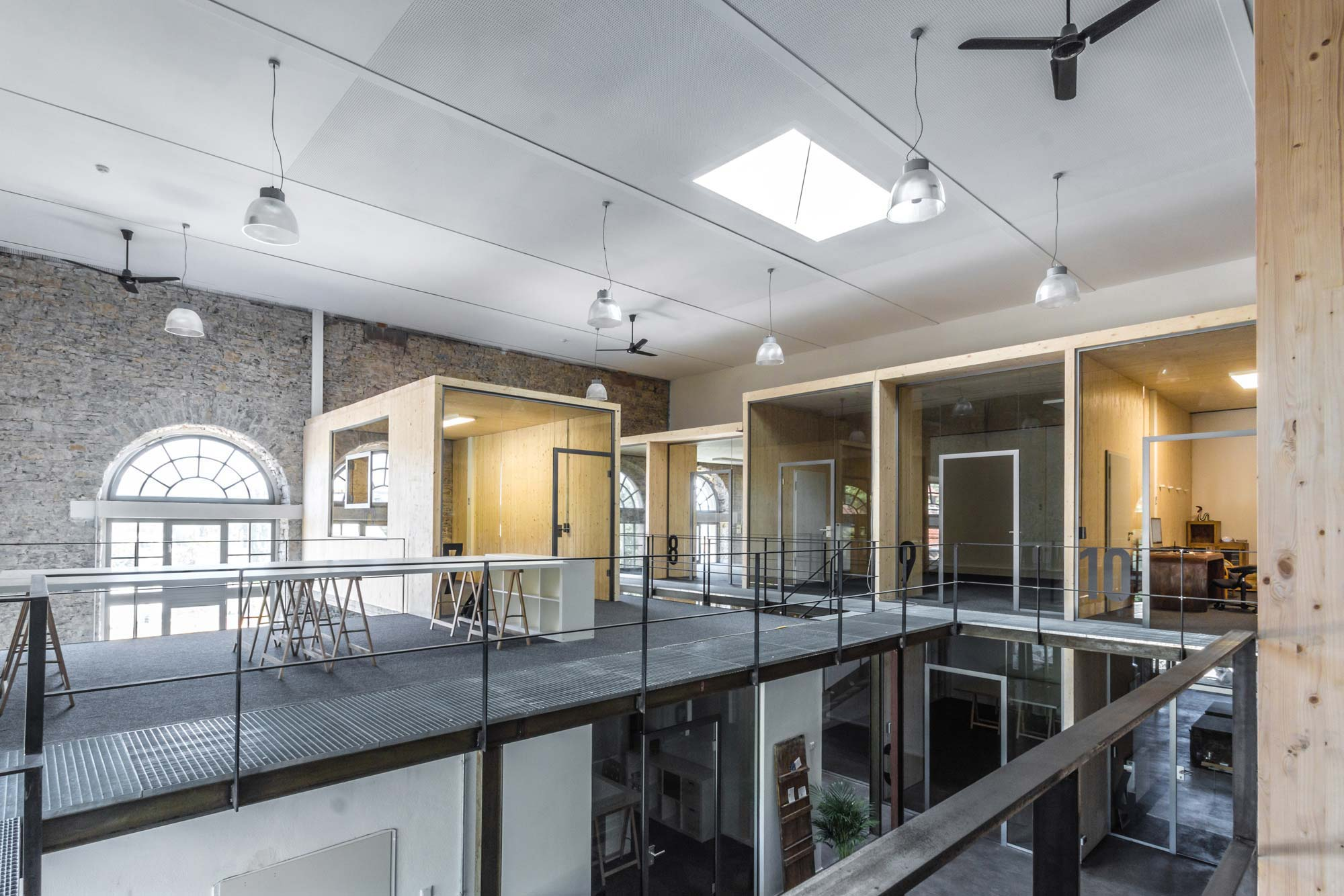 Festverglasungen in historischem Gebäude