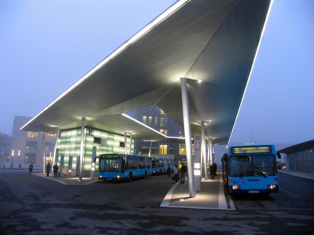 Busbahnhof mit schwebendem Dach