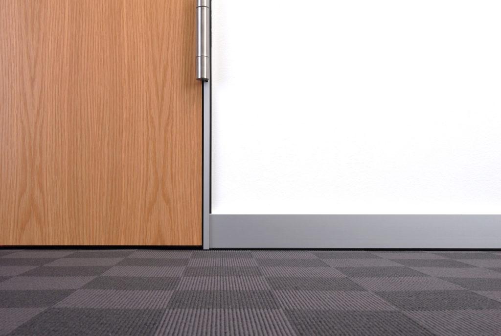 Anschlußdetail einer Aluminium Sockelleiste am Fußboden